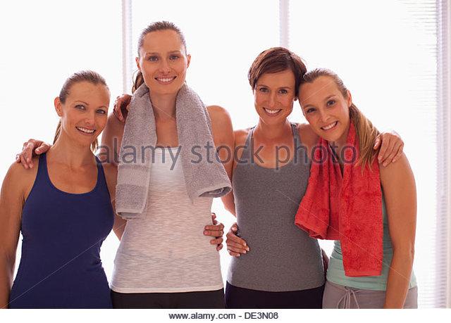 Porträt von lächelnden Frauen Yoga-Matten Stockbild