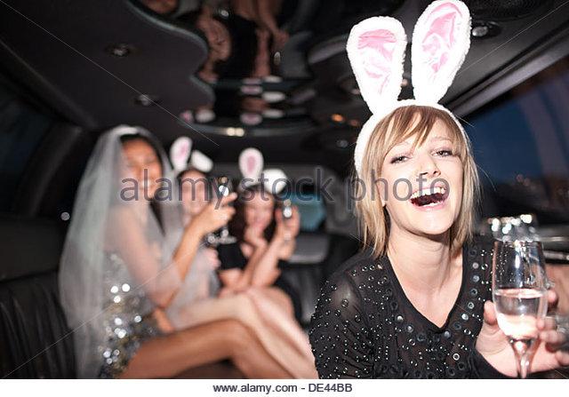 Frau in Hasenohren trinken Sekt in der limo Stockbild