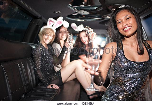 Frau trinkt Champagner in limo Stockbild