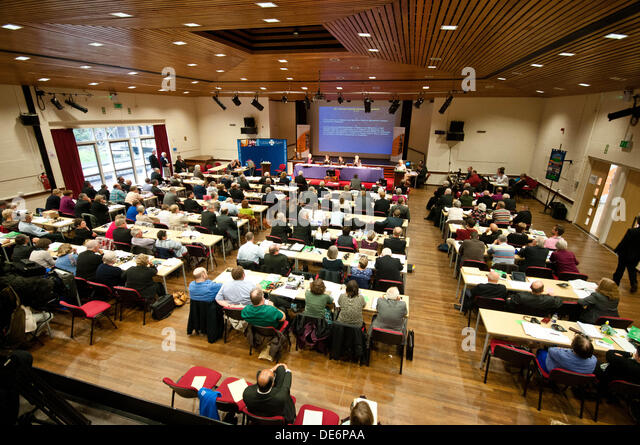 Lampeter, UK. 12. September 2013.   Im Bild: Mitglieder des Leitungsgremiums der Kirche von Wales bereiten Frauen Stockbild
