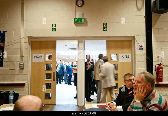 Lampeter, UK. 12. September 2013.   Im Bild: Mitglieder des Leitungsgremiums der Kirche von o abstimmen Frauen Bischöfe Stockbild