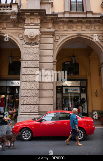 Red Alfa Romeo geparkt in Chieti, Italien. Stockbild