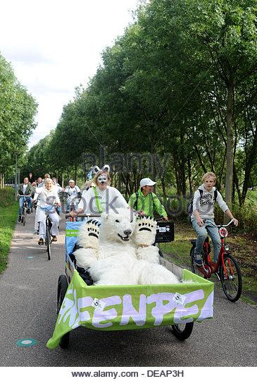 Amsterdam, Niederlande. 15. September 2013. Greenpeace-Demonstration gegen die Ausbeutung der Arktis. Eine Prozession Stockbild