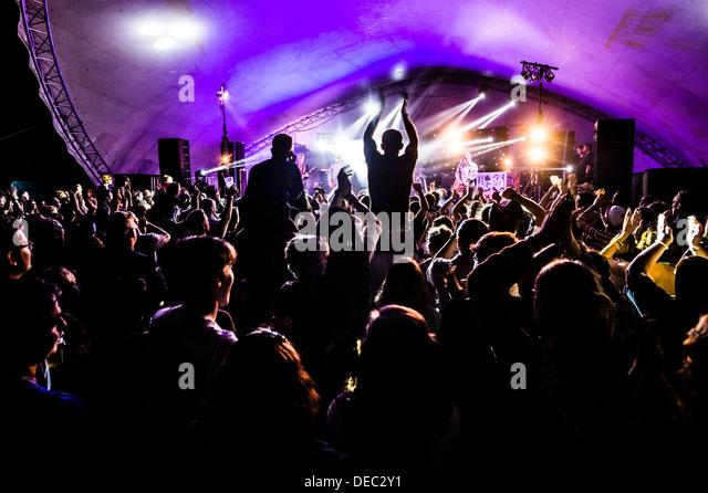 Massen von Menschen, die Musik auf dem großen Tribute Music Festival, August Bank Holiday Wochenende genießen Stockbild