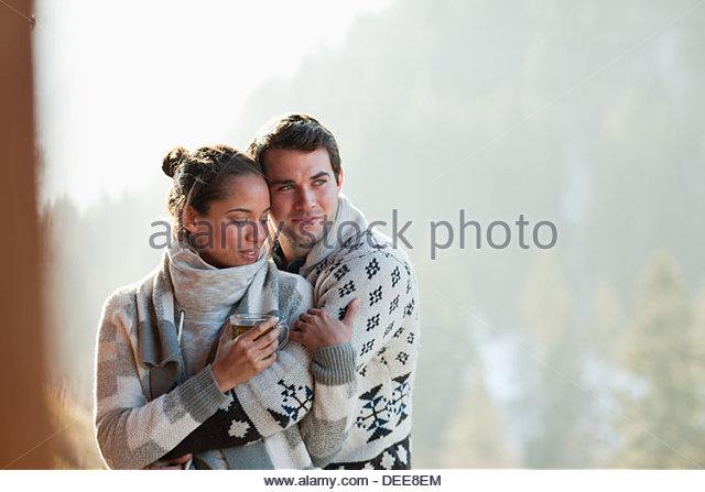 Paar auf Terrasse umarmt Stockbild