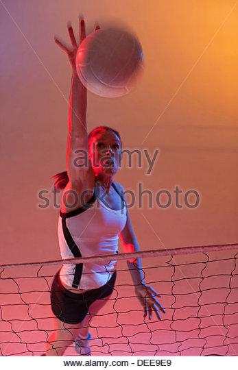 Volleyball-Spieler Spick Ball über Netz Stockbild