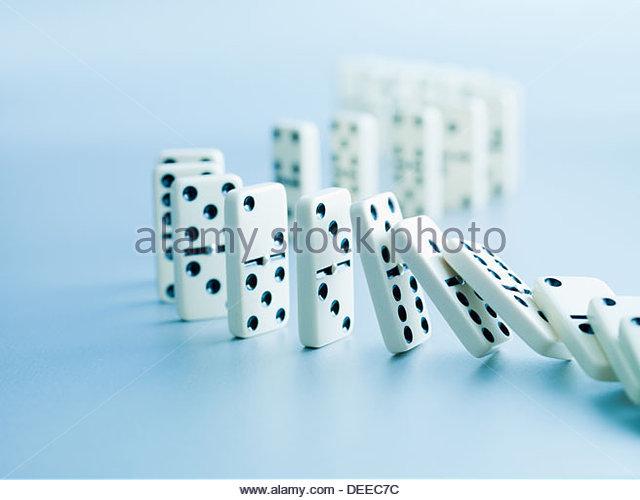 Dominosteine fallen in einer Reihe Stockbild