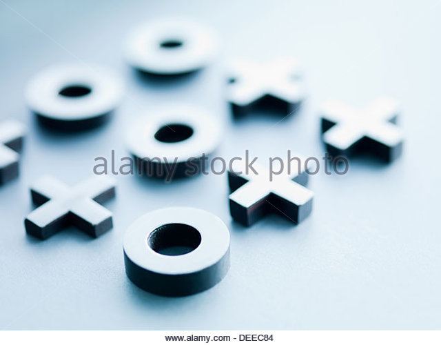 Tic Tac Toe Metall-Spielsteine Stockbild