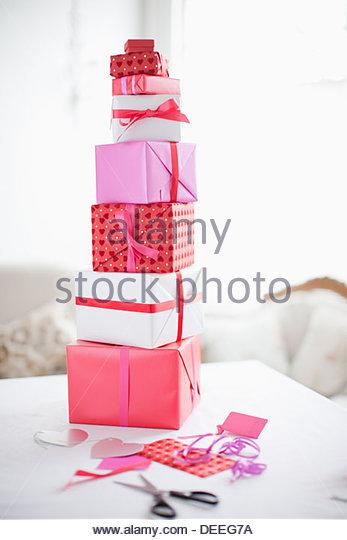 Stapel von Valentinstag Geschenke Stockbild