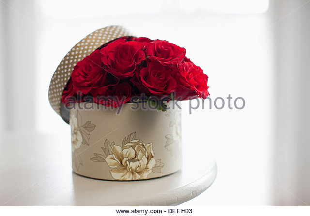 Rote rose Bouquet in Geschenkbox Stockbild