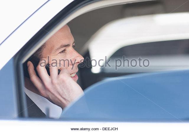 Politiker reden über Handy auf Rücksitz Stockbild