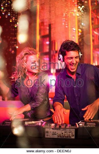 DJ und Sängerin im Nachtclub Stockbild