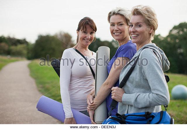 Lächelnde Frauen Yoga-Matten Stockbild