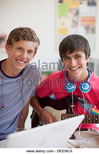 Teenager spielt e-Gitarre Stockbild