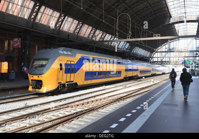 Intercity Zug in einer Plattform am Hauptbahnhof, Amsterdam, Niederlande, Europa - Stock-Bilder
