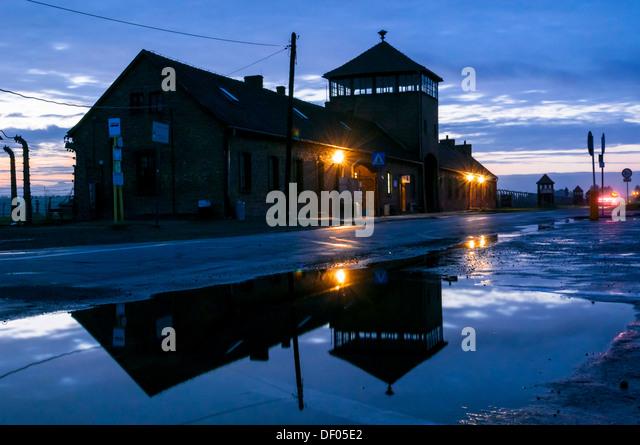 Konzentrationslager Auschwitz-Birkenau in der Dämmerung, Nacht, Reflexionen, Auschwitz, Kleinpolen, Polen, Stockbild