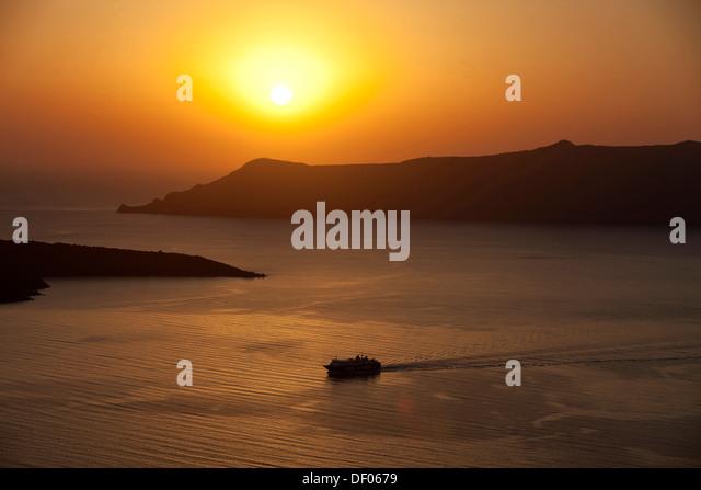 Fähre bei Sonnenuntergang, Oia, Santorin, Griechische Inseln, Deutschland Stockbild