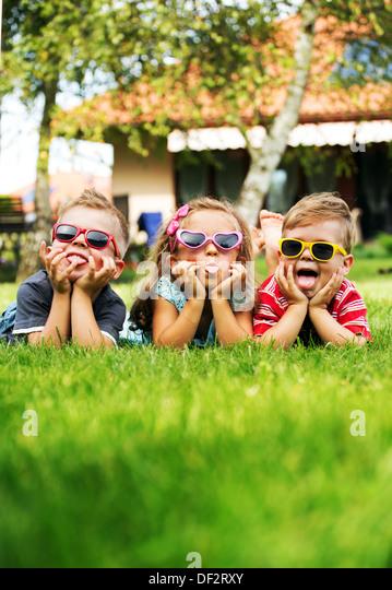 Trio Kinder zeigen ihre Zungen Stockbild