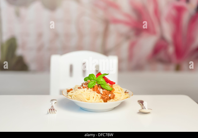 Deutschland, Sachsen, Spaghetti mit Gabel und Löffel auf Tisch, Nahaufnahme Stockbild