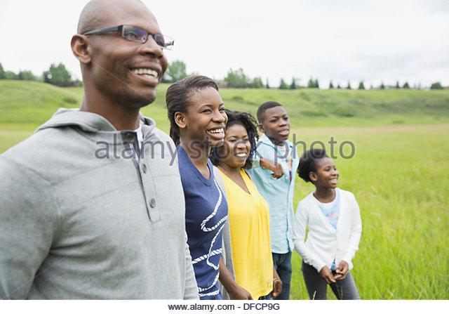 Familie von fünf zusammen stehen im Feld Stockbild