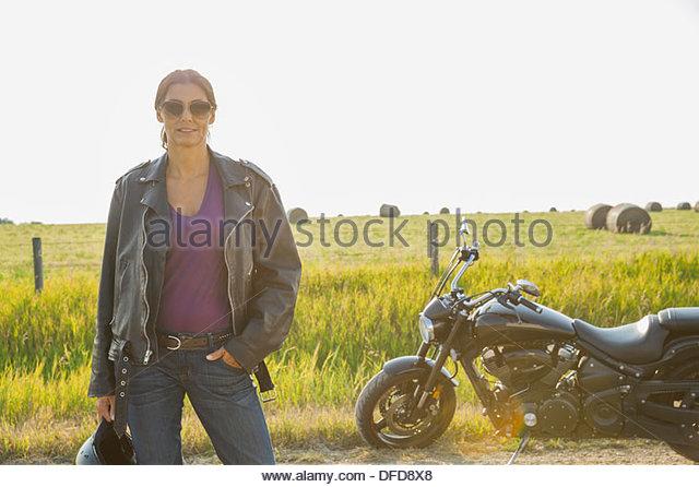 Porträt von zuversichtlich weibliche Biker stehen im freien Stockbild
