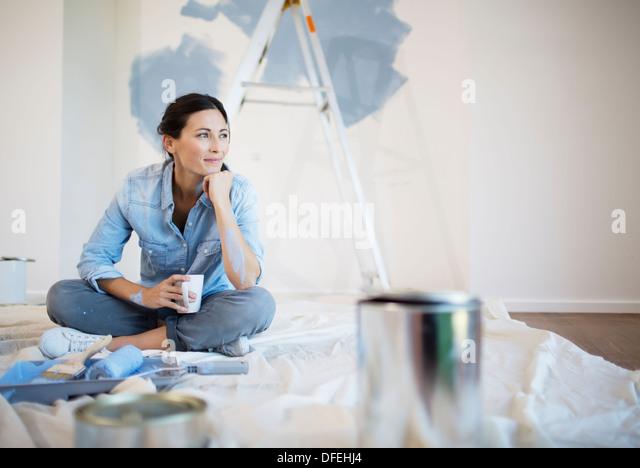 Frau, entspannend mit Kaffee unter Malerei Lieferungen Stockbild