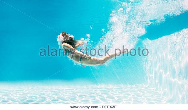 Frau, Schwimmen unter Wasser im Schwimmbad Stockbild