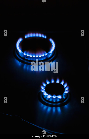 Gas-Kochfeld-Herd Flammen in Flammen im Dunkeln leuchtenden Stockbild