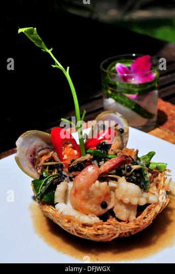 Geschmack von Thailand - Seafoods Medley in knusprig Taro-Korb Stockbild