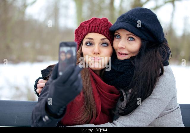Freunde mit Kamera-Handy Spaß durch Grimassen Stockbild
