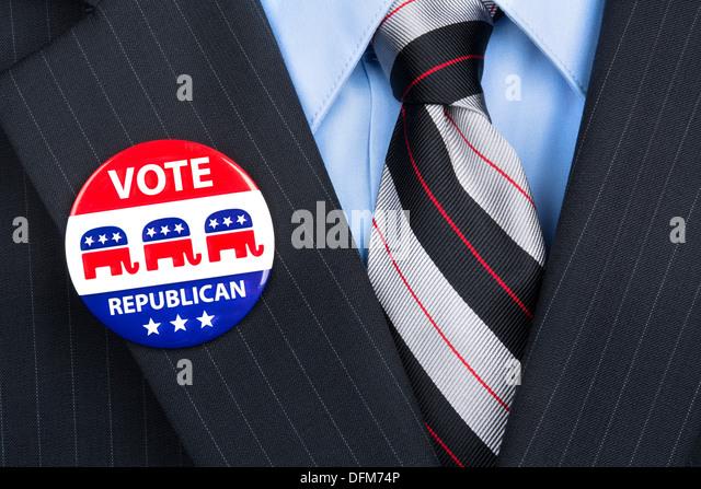 Ein republikanischer Wähler trägt stolz seine Partei-Pin am Revers Anzug. Stockbild