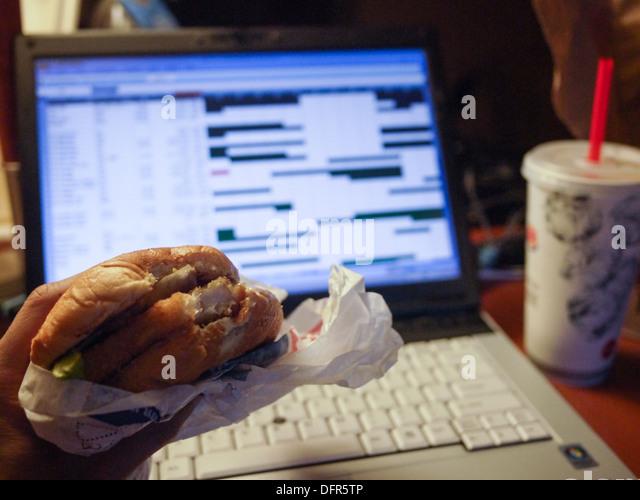 Essen Fast Food ungesund spät in die Nacht arbeiten Stockbild