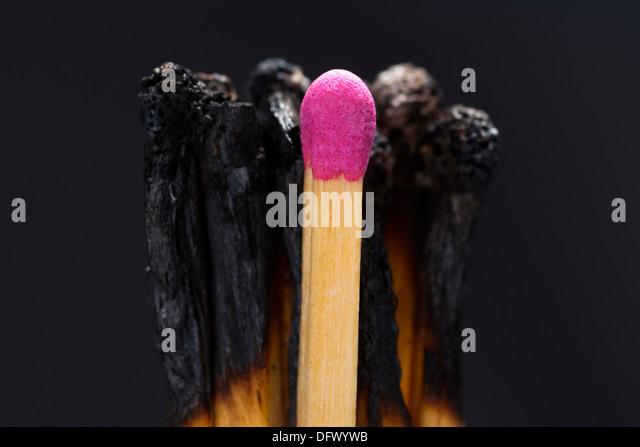 Konzept Foto zeigt ausgebrannt Spiele mit eine unberührte illustrieren die ausgebrannte heraus und Führung Stockbild