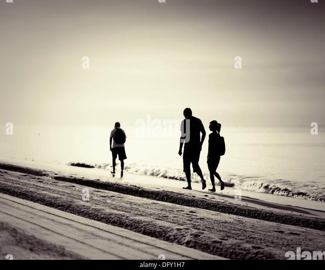 Spaziergänger entlang des Meeres in der Morgendämmerung Mittelmeer Costa Dorada Spanien Stockbild