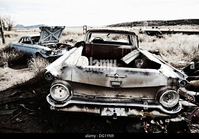 Zwei alte verlassene Autos in der Wüste Stockbild