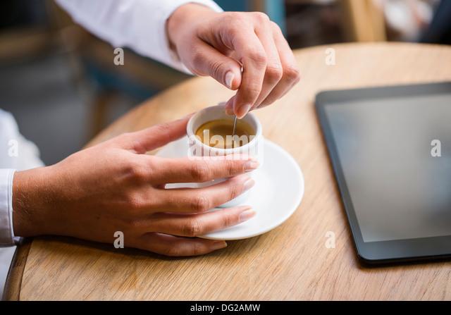 Weibliche Restaurant Kaffee Hand computer Stockbild