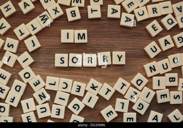 """Plastische Buchstaben aus einem Kinder Rechtschreibung Spiel auf einem Holztisch buchstabieren """"I 'm Sorry"""" Stockbild"""