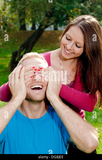 Junge Mädchen für ihre Freunde Augen zu Überraschung ihn Stockbild