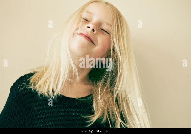 Junges Mädchen lächelnd mit geschlossenen Augen, Nahaufnahme Stockbild