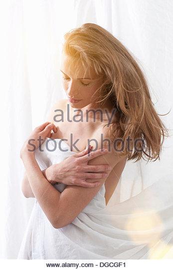 Junge Frau in Blatt nach unten gewickelt Stockbild