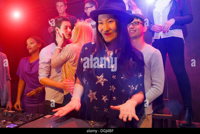Mitte erwachsenen Frau DJing auf Party Menschen Sie tanzen im Hintergrund Stockbild