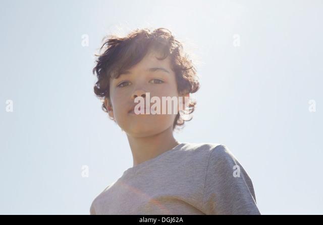 Junge, Blick nach unten in die Kamera Stockbild