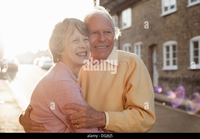 Mann und Frau umarmt auf Straße Stockbild