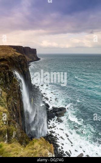 Mealt Wasserfall mit Kilt Rock in der Ferne. Stockbild