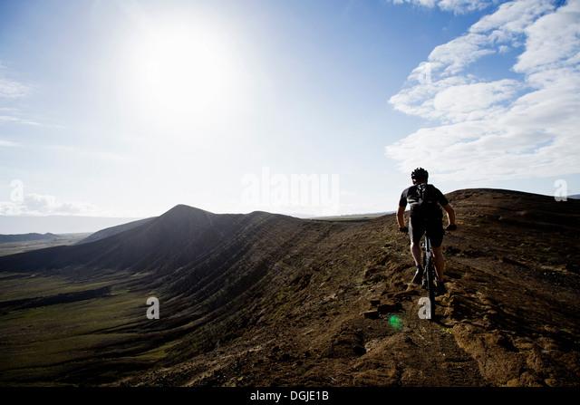 Mann Mountainbiken, Caldera del Cuchillo, Lanzarote Stockbild