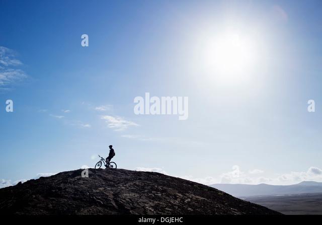 Mann Mountainbiken, Pica del Cuchillo, Lanzarote Stockbild