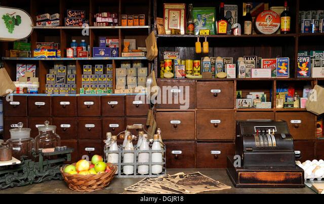 Altmodisch Dorfladen aus den 50er Jahren, Heimatmuseum Wolfratshausen Museum für Heimatgeschichte, Bayern, Stockbild