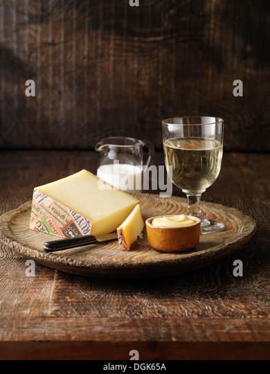 Gruyere Käse mit Senf Topf und Weißwein (Zutaten für Hummer Thermidor) Stockbild