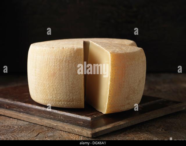 Stillleben mit ganzen Ossau-Iraty Käse Stockbild
