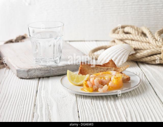 Eingemachte Garnelen mit Vollkorn Toast und Zitrone Stockbild
